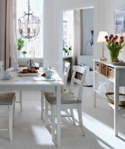Nội thất phòng ăn sang trọng với bàn ăn