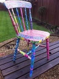 Sơn những chiếc ghế gỗ cho bớt sự đơn điệu nhàm chán