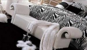 Nổi bật với họa tiết cùng sofa trắng