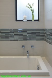 Không gian phòng tắm với hốc tường lưu trữ