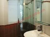 Vừa mở được cửa sổ thông thoáng, vừa dùng vách ngăn kính bên trong sẽ giúp giảm tụ ẩm trong phòng vệ sinh.