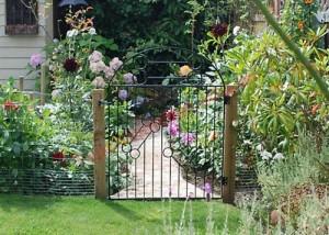 Cổng nên đặt ở phía trái của không gian phía trước nhà và đặt ở vị trí dễ tìm nhất