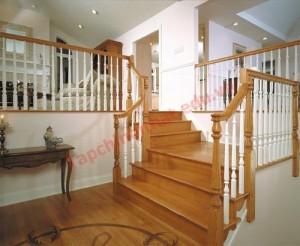 Không nên để cửa chính hướng xuống cầu thang