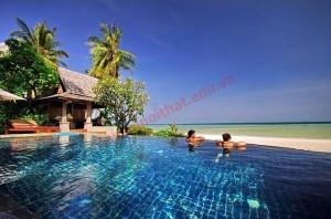 Một phòng khách trong villa được bày trí gọn gàng và sang trọng với tông màu nâu chủ đạo.
