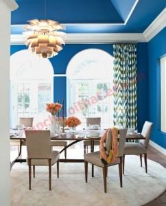 Phòng ăn ấn tượng bởi cách sơn màu xanh đậm xen trắng