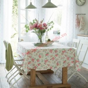 Những bông hoa tươi xinh xắn trên bàn đồng điệu với họa tiết của khăn trải bàn và khăn tay treo trên giá