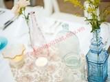 Trang hoàng bàn ăn cùng lọ thủy tinh