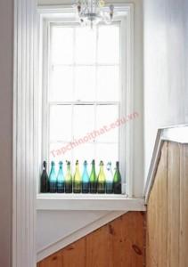Tô điểm cho khung cửa sổ với lọ thủy tinh