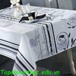 Bàn ăn phong cách với khăn vải sọc