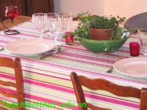 Khăn trải bàn sọc trắng hồng