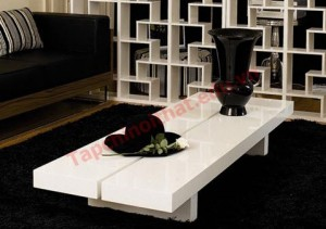 Một chiếc bàn trắng thấp hình vuông đơn giản, không hề thô kệch được đặt ở giữa sẽ mang lại cảm giác bí ẩn