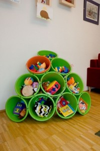 Ngăn lưu trữ đồ chơi gọn gàng từ xô nhựa và dây cáp.