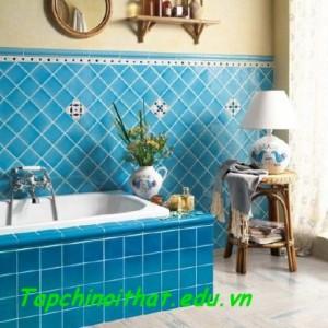 Ốp gạch trên tường và bồn tắm