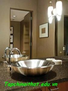 Bố trí bàn đá cho phù hợp với phòng tắm