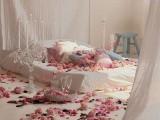 Hoa tươi trong phòng ngủ vừa lãng mạn vừa giúp hâm nóng tình cảm vợ chồng
