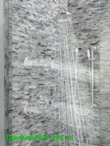 Vòi hoa sen trong phòng tắm hiện đại