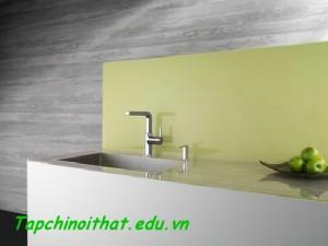 Vòi nước nhà bếp với nội thất tối giản