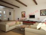 Với những ô hình đều đặn và nổi bật được trang trí trên trần nhà, căn phòng của gia chủ như cao hơn