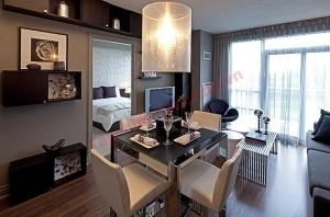 Bàn ăn nhỏ với thiết kế hiện đại phù hợp với tổng thế chung của căn phòng.