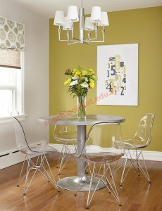 Khu bàn ăn vô cùng gọn gàng nhờ những chiếc ghế ăn bằng nhựa trong suốt.