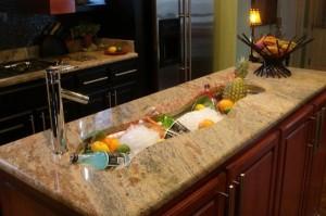 Bồn rửa này biến thành một thùng lạnh lưu trữ bia rượu, trái cây thích hợp cho các buổi tiệc nhỏ