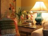 Chỗ ngồi đọc tối thiểu cũng cần có nguồn sáng trực tiếp để không bị thức căng mắt nên dùng đèn bàn bóng tròn.