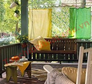 Những tấm vải được may như một bức rèm cửa và có thể treo bằng những dây màn cũ.
