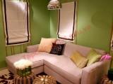 Bảng phối hợp ăn ý giữa kem của bộ sofa với màu xanh của tường nhà và màu sắc tự nhiên của các vật dụng trang trí bằng mây, tre...