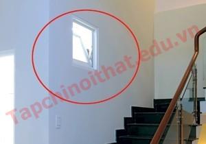 Không nên để cửa nhà vệ mở ngay tầm mắt đi cầu thang
