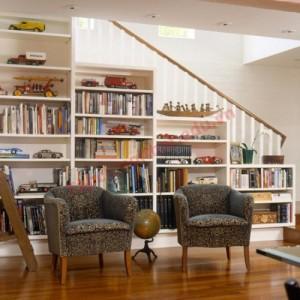 Thay vì giấu đi, khu vực gầm cầu thang trở thành trung tâm của cả phòng khách.