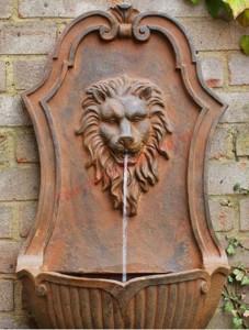 Đài phun nước treo tường cổ điển và ấn tượng.