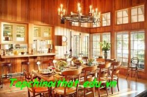 Một phòng ăn cực ấm áp với sắc gỗ sang trọng cho đại gia đình 10 thành viên.