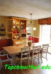 Phòng ăn cực kỳ bắt mắt với tông màu đỏ - vàng của nội thất trang trí và bộ bàn ghế đơn giản đúng chất vintage.