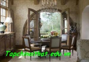 Cửa sổ lớn từ phòng ăn nhìn ra sân vườn hệt như trong cổ tích.