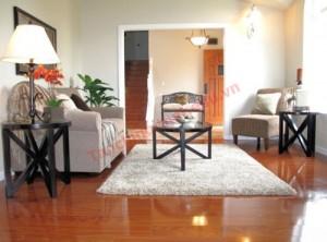 Một cách khách để đối phó với căn phòng dài và hẹp là sắp xếp đồ nội thất vuông góc với chiều dài của căn phòng