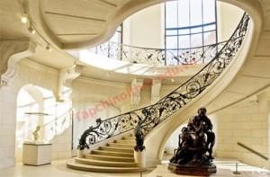 Khi thiết kế cầu thang cần chú ý hướng cầu thang theo phong thủy, cầu thang không nên đối diện với cửa chính.