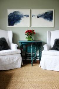 Những làn khói xanh lam đặt đối xứng mờ ảo trên phông nền trắng lãng đãng chất sương khói liêu trai vô cùng hài hoà với bộ ghế đôi và gối ôm bằng lông mềm mại.