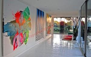 Bạn cũng có thể đón chào khách đến chơi nhà bằng những gam màu rực rỡ sinh động ngay bức tường nơi hành lang.