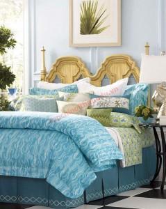 Chiếc giường phủ đầy sắc xanh nhưng phần đầu giường với tông màu be sáng của gỗ cũng đem đến nét sang trọng và nền nã hơn cho khôn gian tổng thể