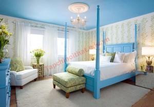 Trần nhà sơn màu xanh đậm nên bảng màu được cân bằng lại với nhiều nội thất trắng và những bức tường dán giấy có điểm hoa văn xanh cốm nhạt