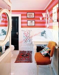 Bức tường sọc hồng và đỏ khiến phòng tắm tươi mới hơn hẳn.