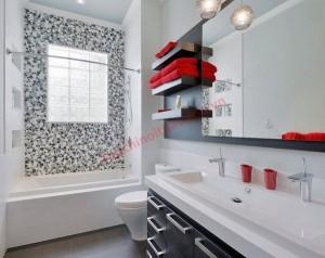 Màu đỏ tương phản trong phòng tắm màu đen và trắng