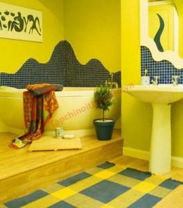 Tường nhà tắm sơn màu vàng chanh rất thích hợp để treo tranh ảnh.