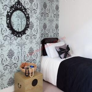 Phòng ngủ sang trọng với bức tường gấm làm điểm nhấn.