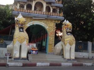 Sư tử tại đền chùa Myanmar không phân biệt đực - cái, trái - phải.