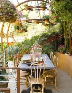 Khu vực bàn ăn với nội thất mang chất liệu bền được bố trí ra ngoại thất, tăng cảm giác thoáng đãng.