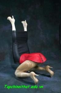 Ghế ngồi tạo từ... hai đôi chân.