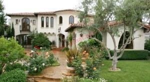 Thiết kế cửa chính sân vườn thêm đẹp hợp phong thủy
